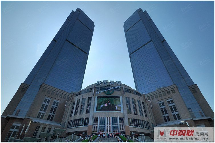 2,500平方米的外广场设有39级大台阶及6层阶梯灯光喷水池组.