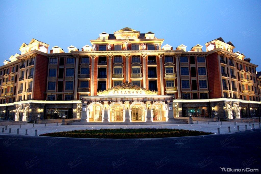 北京顶秀美泉假日酒店位于北京市怀柔区顶秀美泉小镇欧洲风情商业街